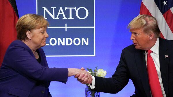 Канцлер Германии Ангела Меркель и президент США Дональд Трамп во время встречи на саммите НАТО в Великобриатнии