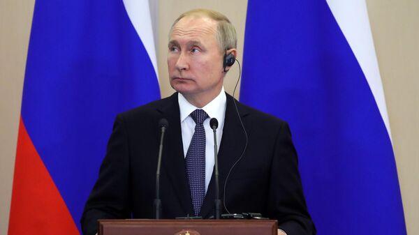Президент России Владимир Путин на пресс-конференции по итогам переговоров с президентом Сербии Александром Вучичем в Сочи