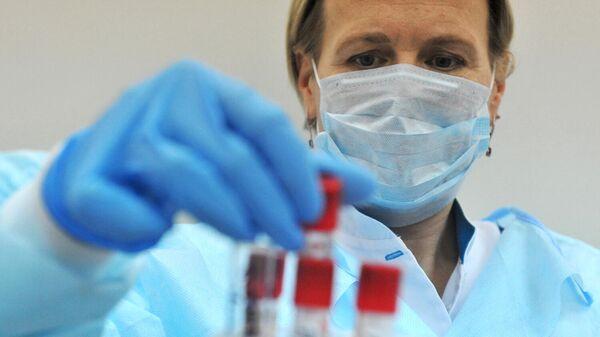 Лаборант проводит исследование биологического материала