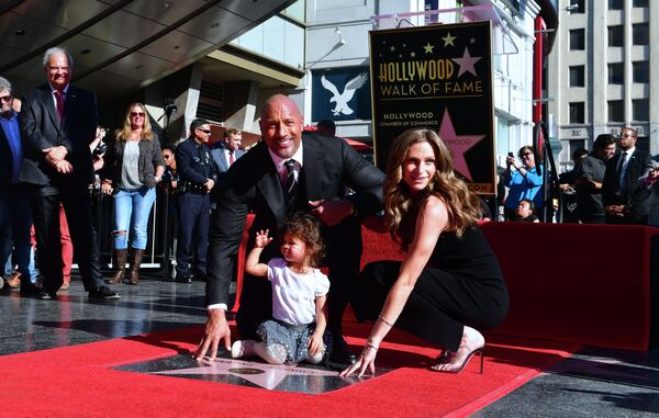 Дуэйн Джонсон с женой Лорен Хашиан и дочерью на  позируют Аллее славы В Голливуде