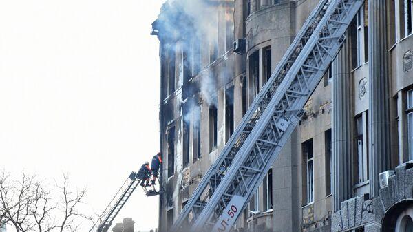 Сотрудники пожарной службы во время тушения пожара в Одесском колледже экономики, права и гостинично-ресторанного бизнеса