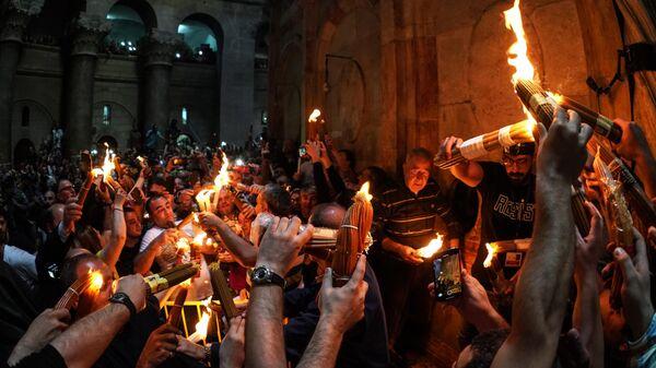 Верующие празднуют схождение Благодатного огня в храме Гроба Господня