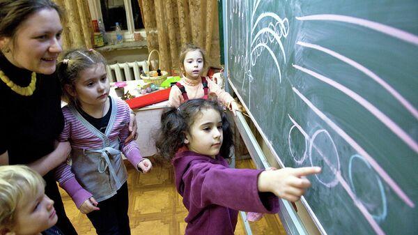 Дети на занятиях в музыкальной школе
