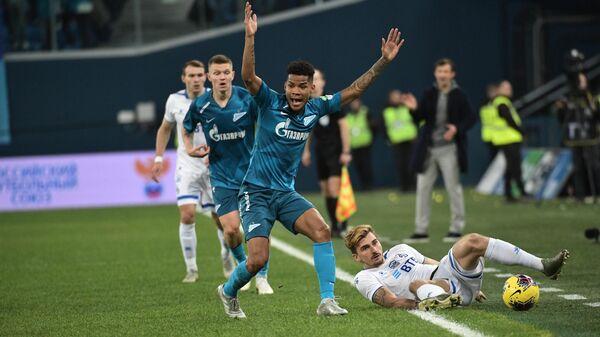 Игрок Динамо Максимилиан Филипп (справа) и игрок Зенита Вильмар Барриос