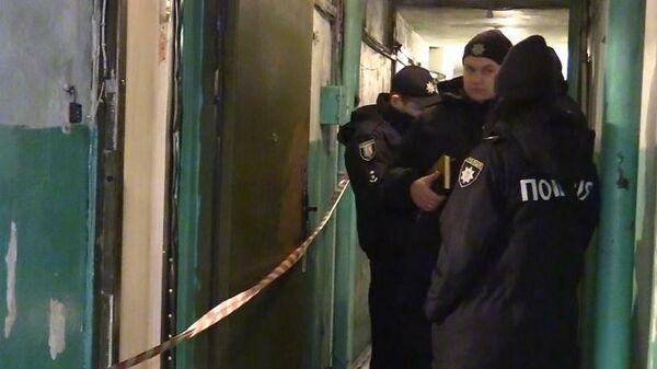 Сотрудники полиции Украины на месте убийства пожилой женщины в Киеве