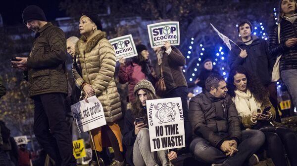 Участники климатического протеста Марш за климат с плакатами в Мадриде. 6 декабря 2019