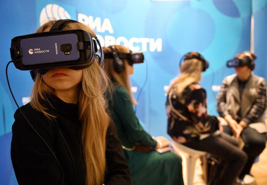 Посетители на презентации VR-проекта РИА Новости