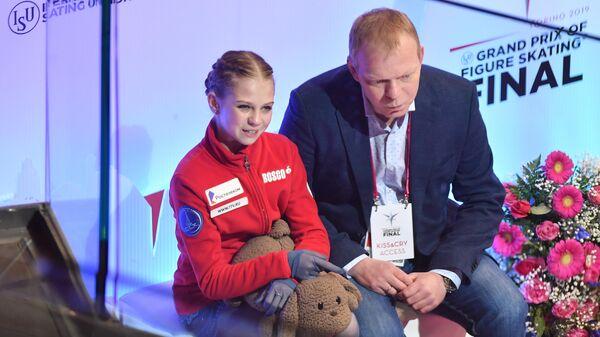 Александра Трусова и ее тренер Сергей Дудаков