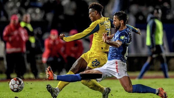 Porto's Cape Verdean forward Ze Luis (L) vies with Belenenses' Portuguese defender Nuno Coelho during the Portuguese league football match between OS Belenenses and FC Porto at the Restelo stadium in Lisbon on December 8, 2019. (Photo by PATRICIA DE MELO MOREIRA / AFP)