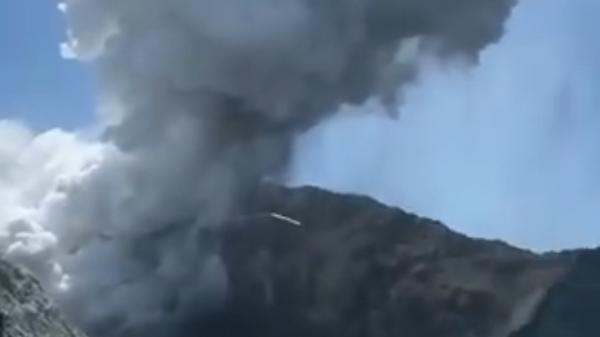 Извержение вулкана в Новой Зеландии сняли на видео
