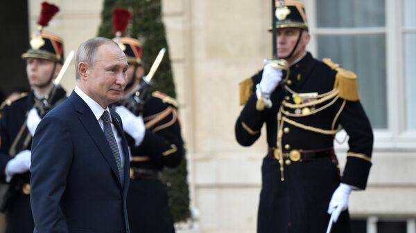 Президент РФ Владимир Путин на церемонии официальной встречи в Елисейском дворце