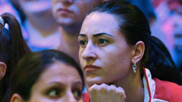 Яна Егорян (Россия) наблюдает на трибуне за поединком Софьи Великой (Россия) и Чань Цзинь Фэй (Гонконг)  в индивидуальных соревнованиях на саблях среди женщин на чемпионате мира по фехтованию в Будапеште.