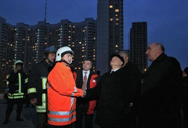 Мэр Москвы Юрий Лужков у жилого многоэтажного панельного дома по улице Королева, где произошел взрыв, вызвавший обрушение и пожар