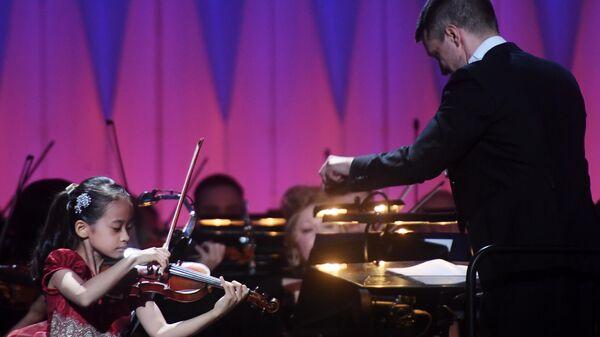 Химари Йошимура выступает на сцене Концертного зала им. П.И. Чайковского во время финального тура XX Международного телевизионного конкурса юных музыкантов Щелкунчик
