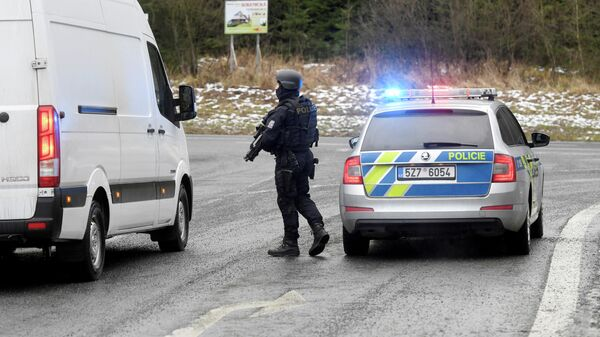Полицейские на блок-посту после стрельбы в больнице города Острава в Чехии