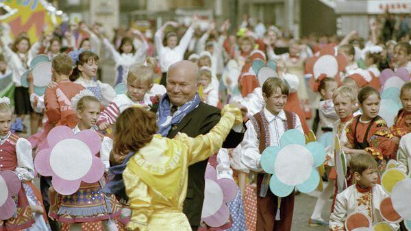 Мэр Москвы Юрий Лужков танцует с участницей празднования Дня города