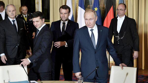 Президент РФ Владимир Путин и президент Франции Эммануэль Макрон и президент Украины Владимир Зеленский во время встречи в Нормандском формате в Елисейском дворце