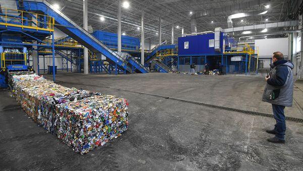 Спрессованные кубы из жестяных банок на предприятии по глубокой переработке твердых коммунальных отходов в городе Рошаль Московской области