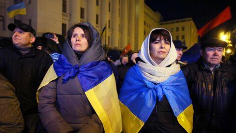 Участники акции протеста возле здания администрации президента Украины в Киеве