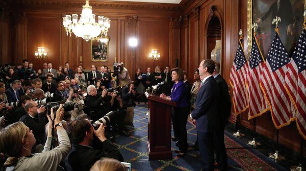 Спикер Палаты представителей США Нэнси Пелоси во время пресс-конференции