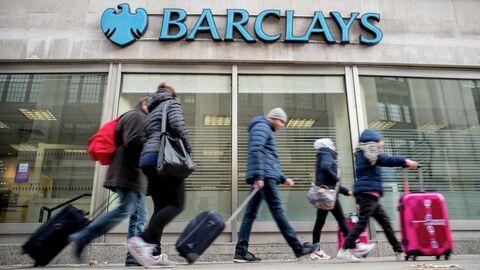 Прохожие у офиса банка Barclays в Лондоне