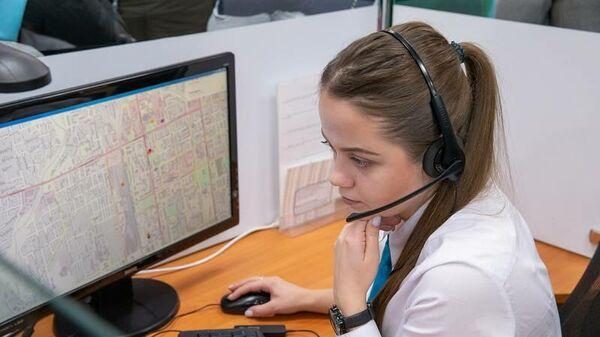 Оператор центра обработки вызовов принимает вызовы жителей Сахалинской области