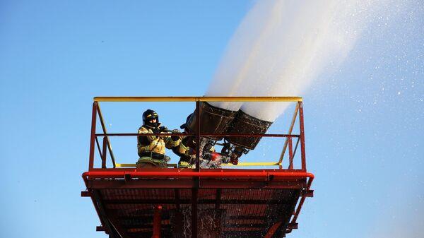 Сотрудники пожарной службы тушат очаг возгорания