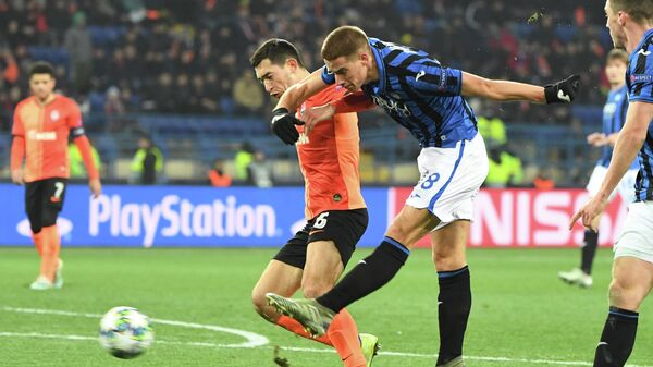 Shakhtar Donetsk's Ukrainian midfielder Taras Stepanenko and Atalanta's Croatian midfielder Mario Pasalic vie for the ball during the UEFA Champions League group C football match between FC Shakhtar Donetsk and Atalanta BC at the Metallist stadium in Kharkiv on December 11, 2019. (Photo by Sergei SUPINSKY / AFP)