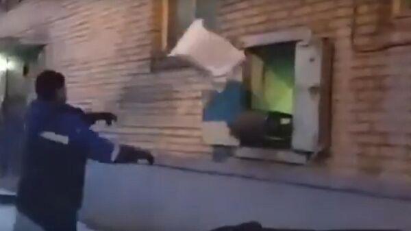 В Сети появилось видео с сотрудником Почты России, кидающим посылки