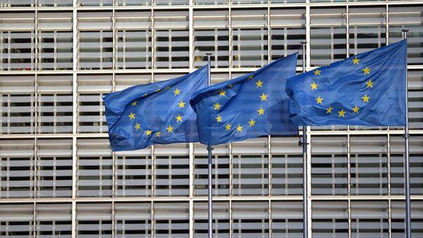 Флаги ЕС на фоне здания Европейского совета
