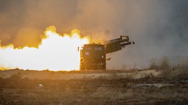 Пуск ракеты из американской ракетно-артиллерийской системы оперативно-тактического назначения