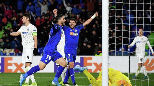 Футболисты Эспаньола радуются забитому голу