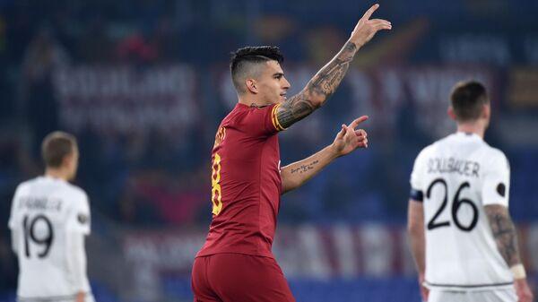 Игрок Ромы Диего Перотти радуется забитому голу