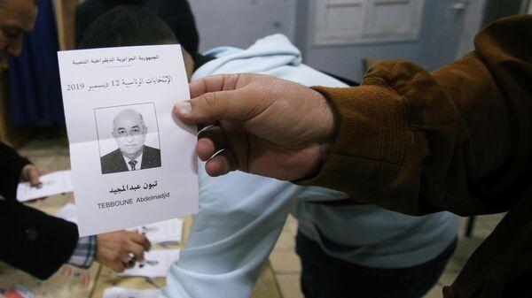 Избирательный бюллетень кандидата в президенты Абдельмаджида Табуна во время процесса подсчета голосов на избирательном участке в Алжире. 12 декабря 2019