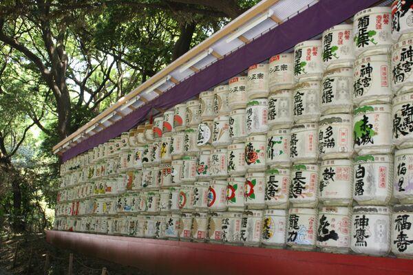 Бочки с саке в синтоистском храме Мэйдзи Дзингу в Токио