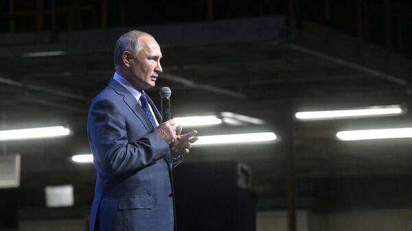 Президент РФ Владимир Путин выступает на торжественном митинге, посвящённом 50-летию КамАЗа