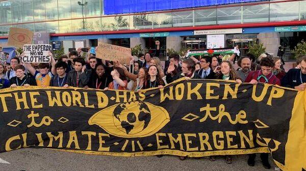 Экоактивисты устроили акцию протеста перед выставочным комплексом Ifema, где завершается климатическая конференция COP 25 в Мадриде