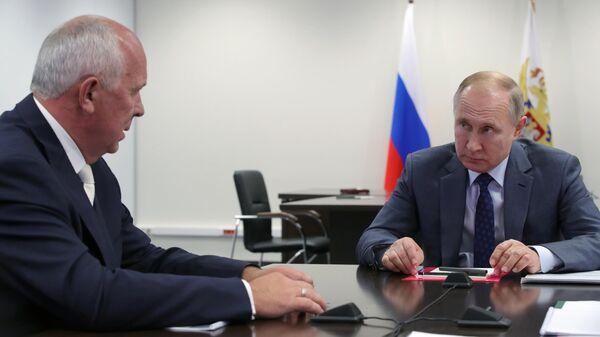 Президент РФ Владимир Путин во время встречи с  генеральным директором государственной корпорации Ростех Сергеем Чемезовым в ходе посещения ПАО КамАЗ