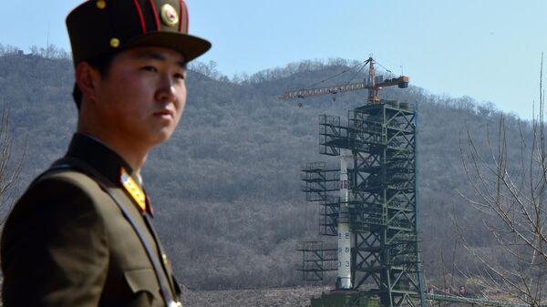 Северокорейский солдат на космодроме Сохэ