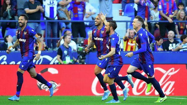 Футболисты Леванте радуются забитому голу