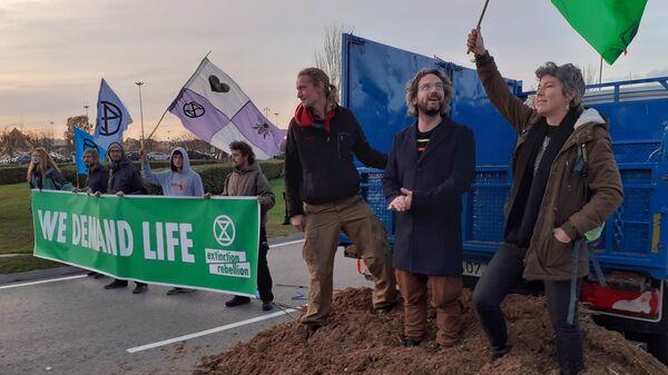 Активисты движения против климатических изменений Extinction Rebellion во время акции протеста перед выставочным комплексом Ifema в Мадриде