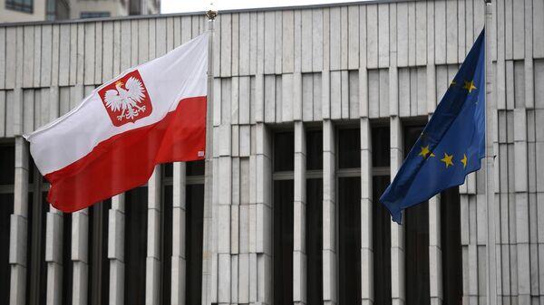 Флаг Польши и Евросоюза на территории посольства Польши в Москве