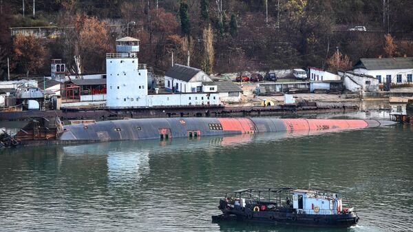 Затонувший большой плавучий док ПД-16 со списанной и выведенной из состава флота подлодкой Б-380 в Южной бухте Севастополя