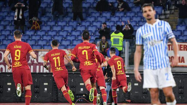 Футболисты Ромы радуются забитому голу