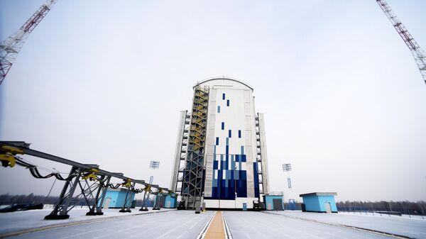 Мобильная башня обслуживания стартового комплекса РН Союз-2 на космодроме Восточный в Амурской области