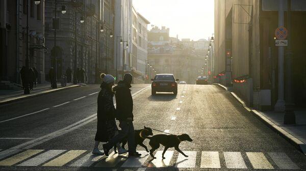 Прохожие на пешеходном переходе на улице Остоженке в Москве
