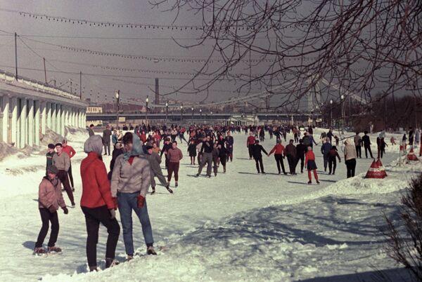 На катке в Центральном парке культуры и отдыха имени Горького в Москве