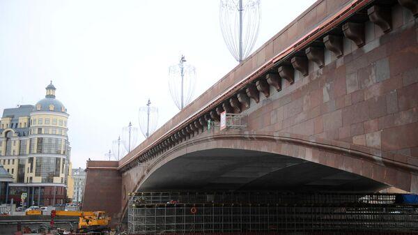 Ремонтные работы на Большом Москворецком мосту в Москве