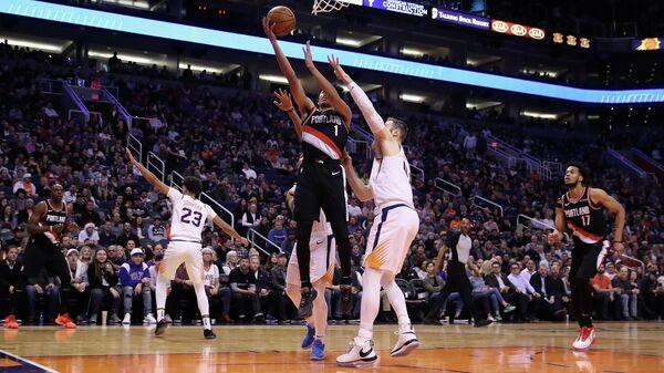 Игрок БК Портленд Трэйл Блэйзерс Анферни Саймонс (1) и игрок БК Финикс Санз Арон Бэйнс в матче регулярного чемпионата НБА