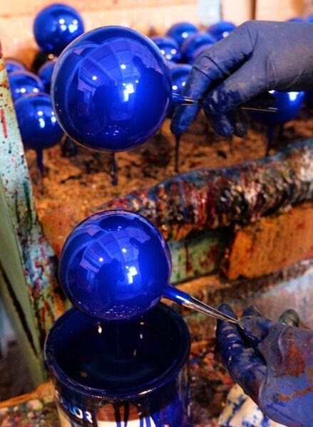 Стеклянные шары в цехе по окраске игрушек на фабрике Бирюсинка в Красноярске